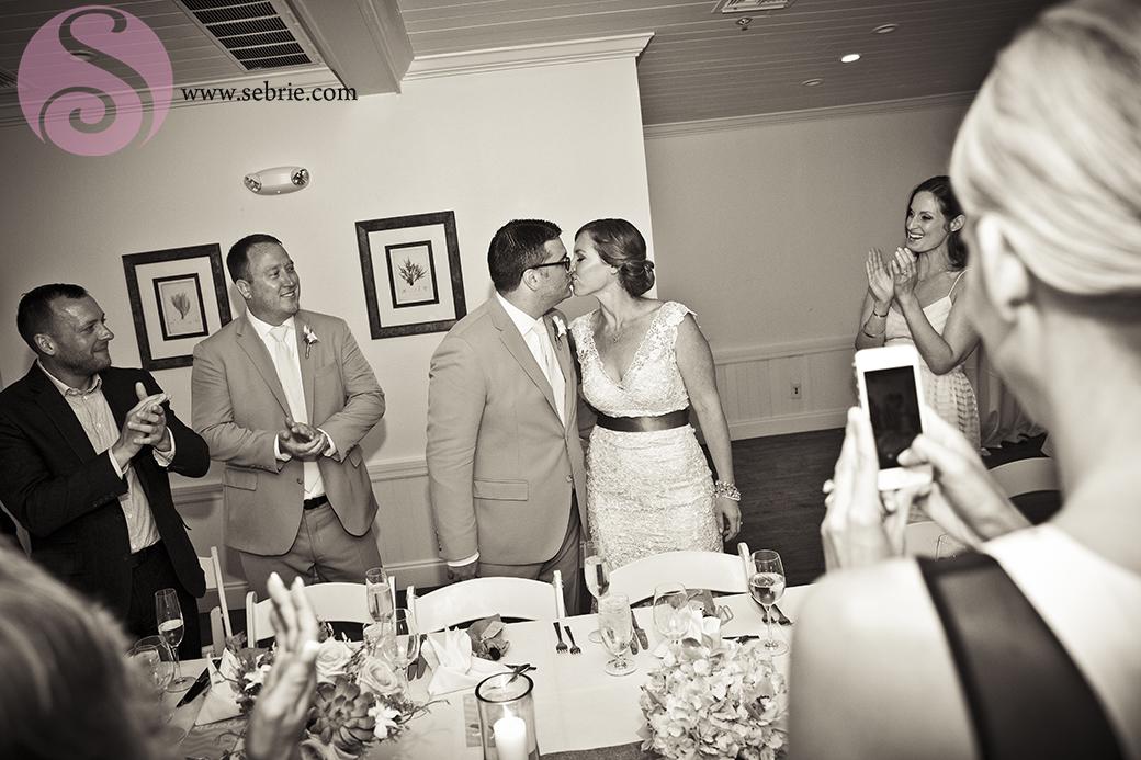 reception-guests-kiss