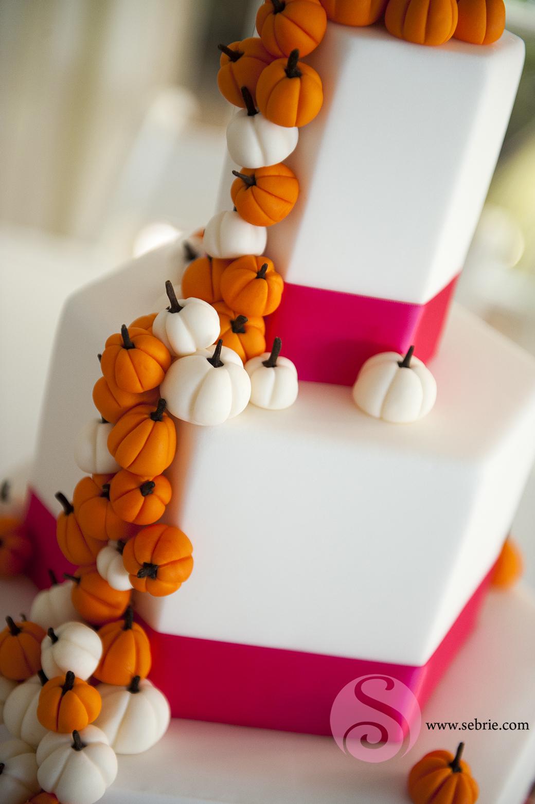 Theme wedding Halloween inspired wedding cake - Sebrie Images